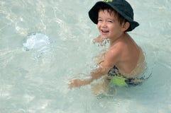 Weinig jongen in de pool Royalty-vrije Stock Afbeeldingen