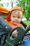 Weinig jongen in de zomerpark Stock Afbeelding