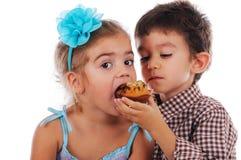 Weinig jongen deelt zijn muffin Royalty-vrije Stock Afbeeldingen