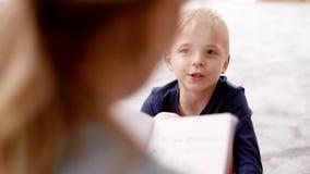 Weinig jongen die aan leraar spreken stock video