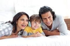 Weinig jongen die aan muziek met zijn ouders luistert Royalty-vrije Stock Afbeeldingen
