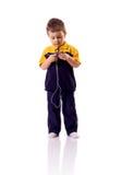 Jongen die aan muziek luisteren Stock Foto