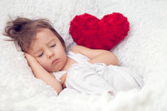 Weinig jongen, die als grote voorzitter slapen Royalty-vrije Stock Foto