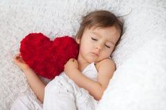 Weinig jongen, die als grote voorzitter slapen Stock Foto's