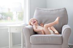 Weinig jongen die als voorzitter lachen die luier dragen royalty-vrije stock afbeelding