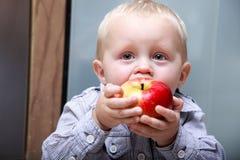 Weinig jongen die appel eten Royalty-vrije Stock Afbeelding