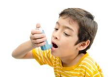 Weinig jongen die Astmainhaleertoestel voor ademhaling met behulp van stock foto