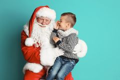 Weinig jongen die in authentieke Santa Claus fluisteren Royalty-vrije Stock Afbeelding