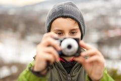 Weinig jongen die beelden neemt openlucht Royalty-vrije Stock Foto