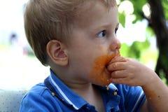 Weinig jongen die bevlekt eten Stock Fotografie