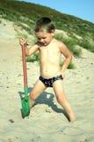 Weinig jongen die bij het strand speelt Stock Afbeeldingen