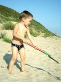 Weinig jongen die bij het strand speelt Royalty-vrije Stock Foto's