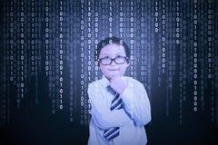 Weinig jongen die binaire code bekijken Stock Fotografie