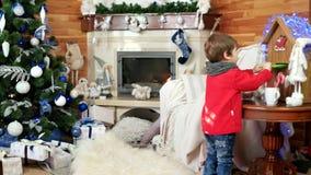 Weinig jongen die brief verzenden naar santa, de post van de Kerstman, vakantieatmosfeer, kindbezoek heilige Nicolas stock footage