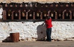 Weinig jongen die de gebedwielen draait Stock Foto's