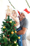 Weinig jongen die de Kerstmisboom verfraait Royalty-vrije Stock Fotografie