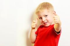 Weinig jongen die duim op het tekengebaar van de succeshand tonen royalty-vrije stock foto