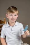 Weinig jongen die een Astmainhaleertoestel houden Stock Foto