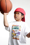 Weinig jongen die een basketbasll probeert in evenwicht te brengen Royalty-vrije Stock Afbeelding