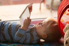 Weinig jongen die een boek leest Stock Foto's