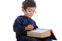 Weinig jongen die een boek lezen Royalty-vrije Stock Foto's