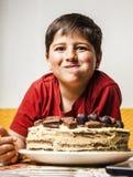 Weinig jongen die een cake eten Royalty-vrije Stock Foto