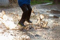 Weinig jongen die in een moddervulklei bespatten, Royalty-vrije Stock Afbeelding