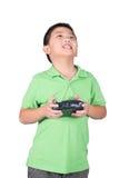 Weinig jongen die een radioafstandsbediening (het controleren zaktelefoon) houden voor Geïsoleerde helikopter, hommel of vliegtui Stock Foto