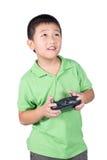 Weinig jongen die een radioafstandsbediening (het controleren zaktelefoon) houden voor Geïsoleerde helikopter, hommel of vliegtui Royalty-vrije Stock Fotografie