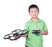 Weinig jongen die een radioafstandsbediening (het controleren zaktelefoon) houden voor Geïsoleerde helikopter, hommel of vliegtui Royalty-vrije Stock Foto