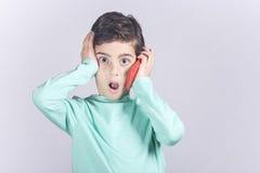 Weinig jongen die een slimme telefoon met behulp van stock afbeelding