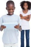 Weinig jongen die een tabletpc bekijken met zijn zuster royalty-vrije stock afbeelding