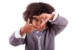 Weinig jongen die frame maakt met zijn handen ondertekenen Stock Fotografie