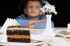 Weinig jongen die geduldig op cake wachten Stock Foto's