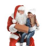 Weinig jongen die gift van authentieke Santa Claus ontvangen Royalty-vrije Stock Fotografie