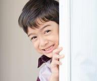 Weinig jongen die het deurgordijn openen Royalty-vrije Stock Afbeeldingen