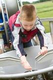 Weinig jongen die in het park speelt royalty-vrije stock fotografie
