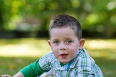 Weinig jongen die in het park speelt royalty-vrije stock foto's