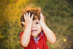 Weinig jongen die in het park spelen Stock Foto's
