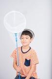 Weinig jongen die insect netto openluchtactiviteiten op witte achtergrond vergen royalty-vrije stock foto's