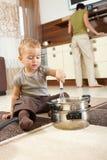 Weinig jongen die in keuken speelt Royalty-vrije Stock Afbeelding