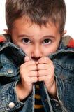 Weinig jongen die koud wordt Stock Foto