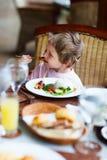 Weinig jongen die lunch eten royalty-vrije stock foto's