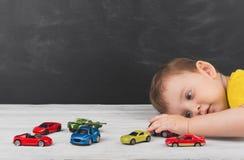 Weinig jongen die met auto's thuis spelen Het concept onbezorgd stock foto's