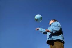 Weinig jongen die met ballon in vorm van bol speelt Royalty-vrije Stock Foto's