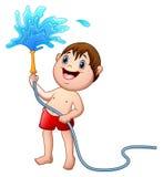 Weinig jongen die met de waterslang spelen Royalty-vrije Stock Afbeelding