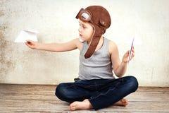 Weinig jongen die met document vliegtuigen spelen Royalty-vrije Stock Foto