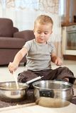 Weinig jongen die met het koken van potten speelt Royalty-vrije Stock Afbeeldingen