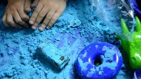 Weinig jongen die met Kinetisch Zand thuis Vroeg Onderwijs spelen die voor de Kinderenspel van de Schoolontwikkeling voorbereidin stock footage