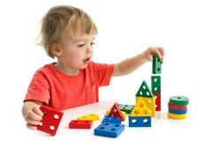 Weinig jongen die met kleurrijk blok spelen stock afbeeldingen